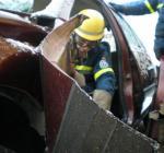 ܜbung mit Schere/Spreizer (Hydraulisches Rettungsgerät) des THW Berlin Treptow-Köpenick