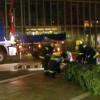 Helfer vom Technischen Hilfswerk errichten den Weihnachtsbaum vor den nordischen Botschaften in Berlin