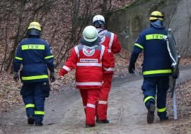 Rettungskräfte von DRK und THW auf dem Weg zur Einsatzstelle. Quelle: THW/Joachim Schwemmer