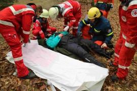 Sanitäter versorgen eine Verletzte an der Unfallstelle. Zusammen mit Helfern des THW wird sie auf eine Trage umgebettet, damit sie ins Krankenhaus gefahren werden kann. Quelle: THW/Joachim Schwemmer